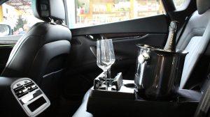 interno auto con spumante